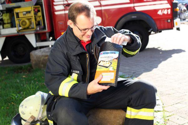 Feuerwehrmann kostet Hot-Action-Food