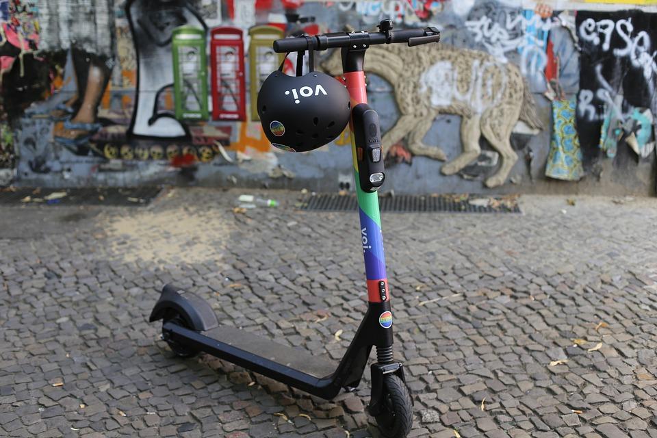E-scooter mit Helm vor Graffiti