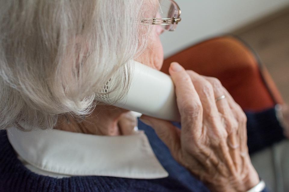 Ältere Dame am Telefon