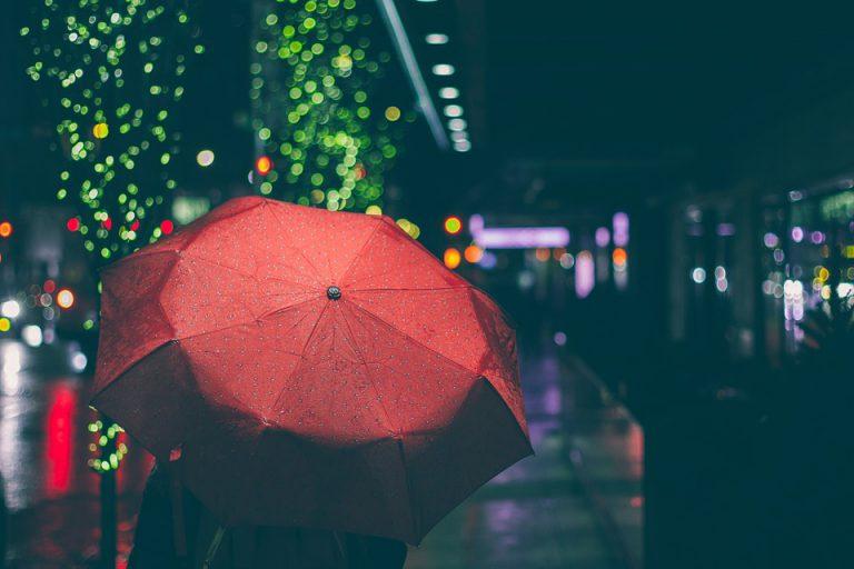 Regenschirm bei Nacht