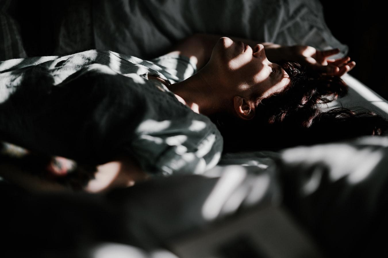 junger Mann findet keinen Schlaf