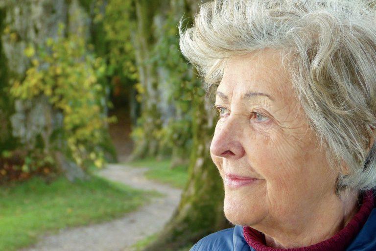 Ältere Dame auf Reisen