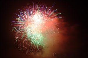 Buntes Feuerwerk am Silvester-Himmel