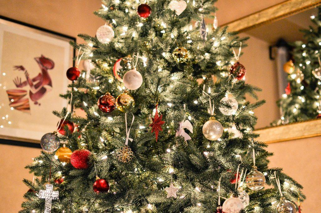 Weihnachtsbaum mit geprüfter Lichterkette