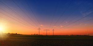 Überlandleitung mit Strommasten vor Abendrot