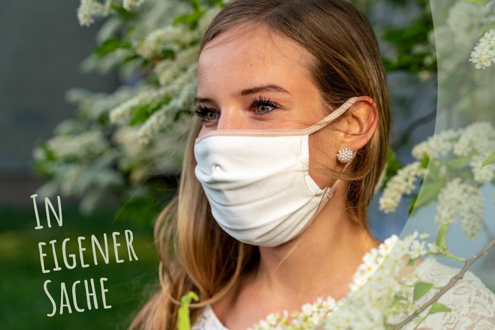Junge Frau mit Maske vor Blütentraum
